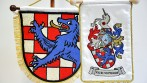 Detail vyšívaných stolních vlaječek, instituce a úřady