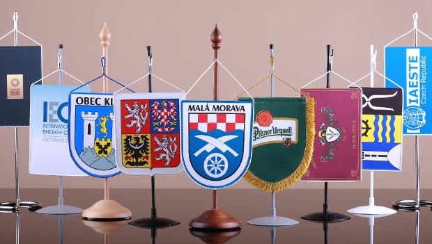 Firemní stolní vlaječky a stojánky